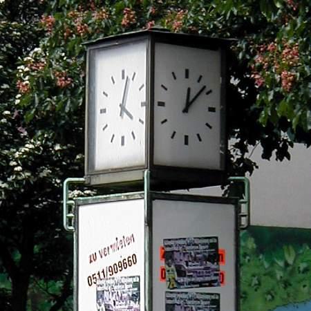 Eine Uhr, die viele verschiedene Zeiten anzeigt und eine dazugehörige Werbefläche, die keiner mehr haben will…