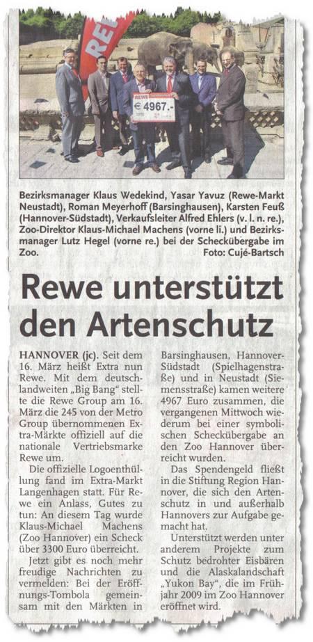 Rewe unterstützt den Artenschutz - Hannover (jc). Seit dem 16. März heißt Extra nun Rewe. Mit den deutschlandweiten Big Bang stellte die Rewe Group am 16. März die 245 von der Metro übernommenen Extra-Märkte offiziell auf die nationale Vertriebsmarke Rewe um. Die offizielle Logoenthüllung fand im Extra-Markt Langenhagen statt. Für Rewe ein Anlass, Gutes zu tun. An diesem Tag wurde Klaus-Michael Machens (Zoo Hannover) ein Scheck über 3300 Euro überreicht. Jetzt gibt es noch mehr freudige Nachrichten zu vermelden: Bei der Eröffnungs-Tombola gemeinsam mit den Märkten in Barsinghausen, Hannover-Südstadt (Spielhagenstraße) und in Neustadt (Siemensstraße) kamen weitere 4967 Euro zusammen, die vergangenen Mittwoch wiederung bei einer symbolischen Scheckübergabe an den Zoo Hannover überreicht wurden. Das Spendengeld fließt in die Stiftung Relgion Hannover, die sich dem Atenschutz in und außerhalb Hannovers zur Aufgabe gemacht hat. Unterstützt werden unter anderem Projekte zum Schutz bedrohter Eisbären und die Alaskalandschaft Yukon Bay, die im Frühjahr 2009 im Zoo Hannover eröffnet wird.