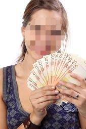 Lächelnde Frau mit viel Geld in der Hand