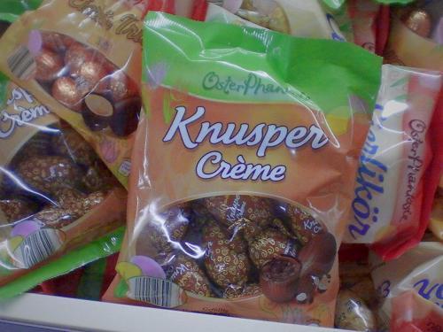 Eine Tüte mit Schoko-Ostereiern und Aufdruck 'Knuspercrème'