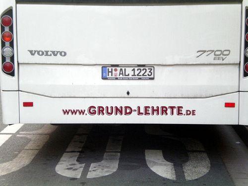Werbung auf einem Autobus: www (punkt) grund (strich) lehrte (punkt) de