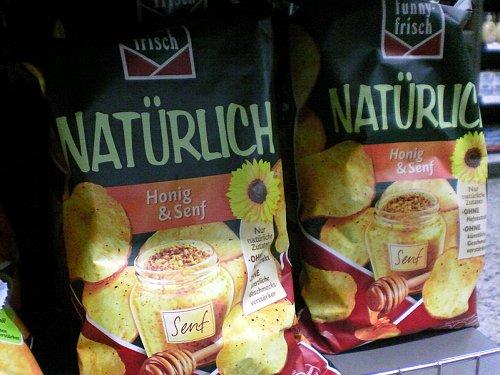 Eine Tüte Kartoffelchips von 'funny frisch', Marke 'Natürlich' mit Honig und Senf