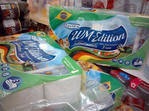 Toilettenpapierverpackung. Favora WM-Edition. Dekor-Toilettenpapier. Mit Fußballmotiven. 3-lagig