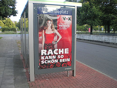 Werbeplakat des Fernsehsenders VOX an einer Bushaltestelle: 'Rache kann so schön sein'