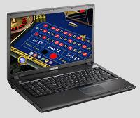 Detail aus der betrügerischen Website: Ein gespiegelter Laptop, der in seinem Display den Setzplan eines Internet-Casinos zeigt