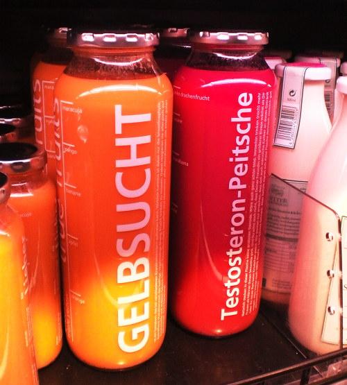 Zwei Getränkeflaschen in einem Edeka-Markt: Gelbsucht und Testosteron-Peitsche