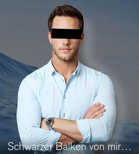 Detail aus dem Titelbereich der betrügerischen Website. Vor den Wellen der tosenden See steht ein Mann. Hinter dem Mann ist in einer verräterischen und sehr offensichtlichen Unschärfe zu erkennen, dass eine andere Person an dieser Stelle wegretuschiert wurde, und zwar ohne jedes Können.