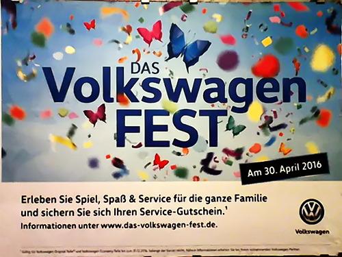 VW-Plakat: Das Volkswagenfest am 30. April 2016 -- Erleben Sie Spiel, Spaß und Service für die ganze Familie und sichern Sie sich Ihren Service-Gutschein. Informationen unter www punkt das strich volkswagen strich fest punkt de. Volkswagen. Dieser Text auf einem Hintergrund voller bunter Schmetterlinge.