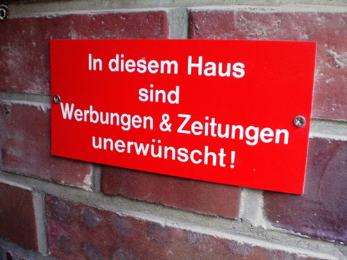 Schild an einer Mauer: In diesem Haus sind Werbungen & Zeitungen unerwünscht!