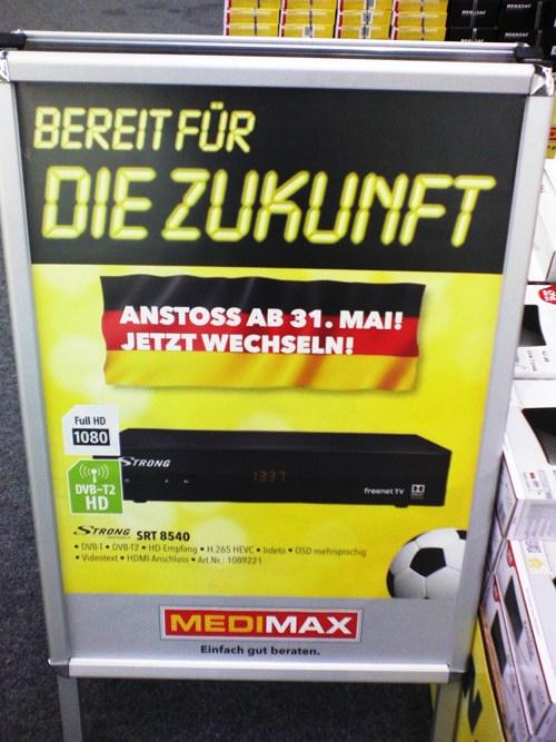 Werbeaufsteller in einem Medimax-Markt in Hannover: Bereit für die Zukunft -- Anstoß ab31. Mai! Jetzt wechseln!