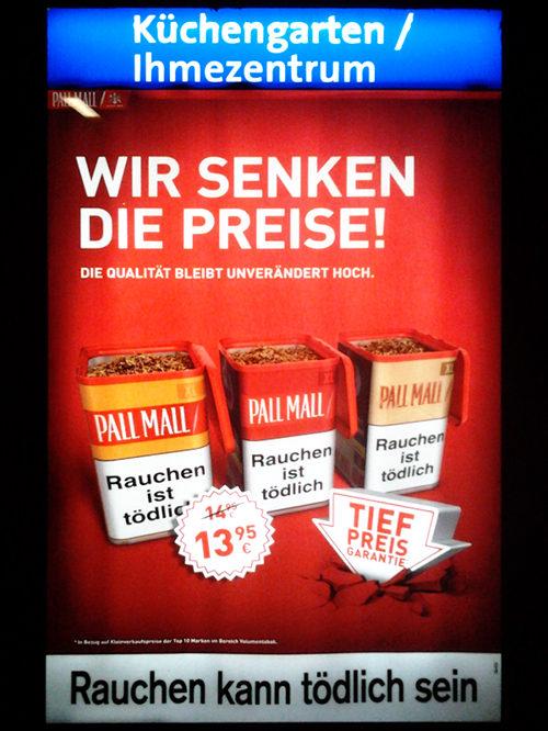Plakatwerbung für Pall Mall an einer hannöverschen Bushaltestelle. Wir senken die Preise, die Qualität bleibt unverändert hoch. Darunter drei Tabakdosen von Pall Mall mit deutlichem Aufdruck 'Rauchen ist tödlich'. Tiefpreis-Garantie. Rauchen kann tödlich sein.
