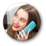 Detail aus der grafischen Gestaltung dieser Spam: Eine absurd übertrieben lächelnde Frau am Telefon
