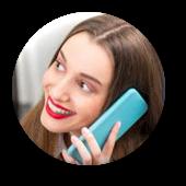 Detail aus der Spam: Eine übertrieben grinsende Frau beim Telefonieren mit einem für regelmäßigen Kundenkontakt nicht wirklich geeigneten Fernsprechapparat