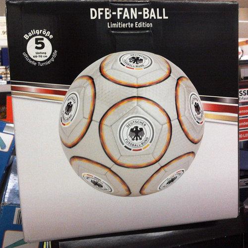 Verpackung eines Fußballes mit dem aufgedruckten Logo des Deutschen Fußball-Bundes und der Produktbezeichnung DFB-FAN-BALL