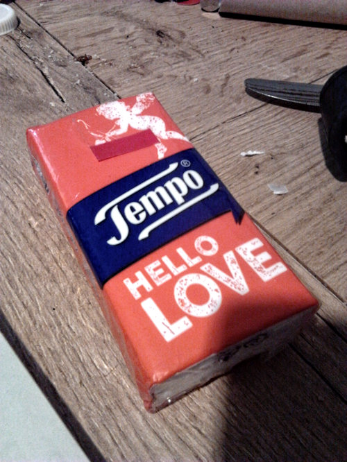 Verpackung von Papiertaschentüchern der Marke 'Tempo' mit dem Aufdruck 'Hello Love'.