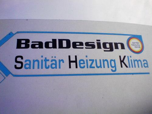 Realsatirisches Logo auf dem Firmenwagen eines Installateurs: BadDesign -- Sanitär Heizung Klima