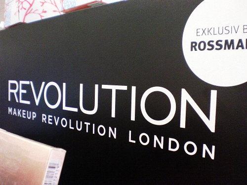 Foto. Detail eines Schminke-Standes in einem Rossmann-Markt. Revolution -- Makeup Revolution London -- Exklusiv bei Rossmann