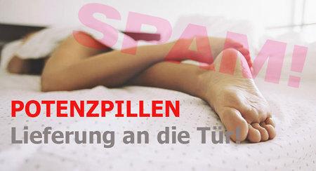 Foto eines nicht einmal halb von der Bettdecke bedeckten, nackten Mannes, der auf dem Bauch im Bette liegt. Dazu der Text: 'POTENZPILLEN -- Lieferung an die Tür!'.