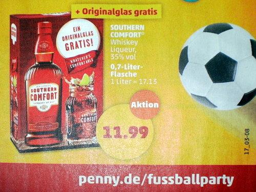 Eine Flasche Southern Comfort mit hineinschießenden Fußball