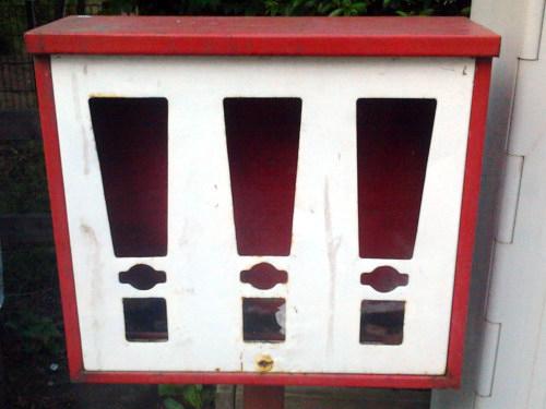 Ein leerer Metallständer für Kaugummiautomaten