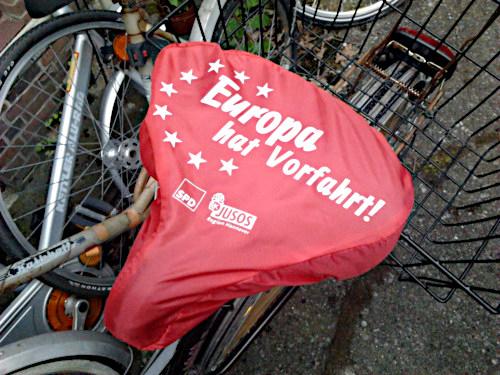 Foto eines Fahrradsattelüberziehers mit Werbung der SPD -- Europa hat Vorfahrt! -- SPD -- Jusos