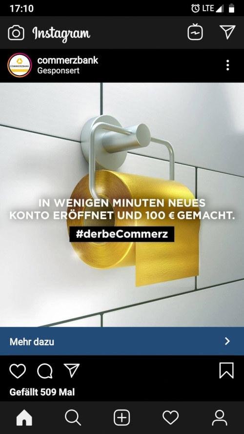 Screenshot von Instagram auf einem Smartphone. Post der Commerzbank (gesponsort), also bezahlte Reklame. Das Bild ist ein Klopapierhalter an einer gekachelten Wand. Auf dem Klopapierhalter goldenes Klopapier. Dies ist überlagert mit dem Text: In wenigen Minuten neues Konto eröffnet und 100€ gemacht. #derbeCommerz