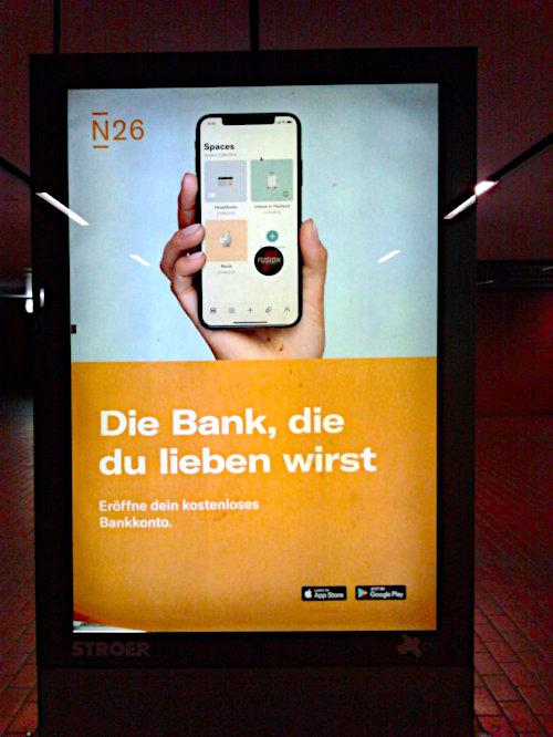 Werbung in einer U-Bahn-Station -- N26 -- Die Bank, die du lieben wirst -- Eröffne dein kostenloses Bankkonto