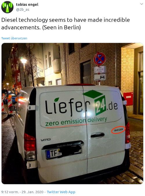 Tweet von tobias engel, @2b_as vom 29. Januar 2020, 9:12 Uhr -- Diesel technology seems to have made incredible advancements. (Seen in Berlin) -- Dazu ein Foto eines Diesel-Lieferwagens (Mercedes Vito) von liefer24.de mit Reklamespruch 'zero emission delivery'.
