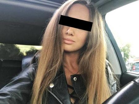 An die Mail angehängtes Foto einer Frau mit lässig aufgeknöpfter Lederjacke, bei der deutlich wird, dass sie nur Unterwäsche darunter trägt.