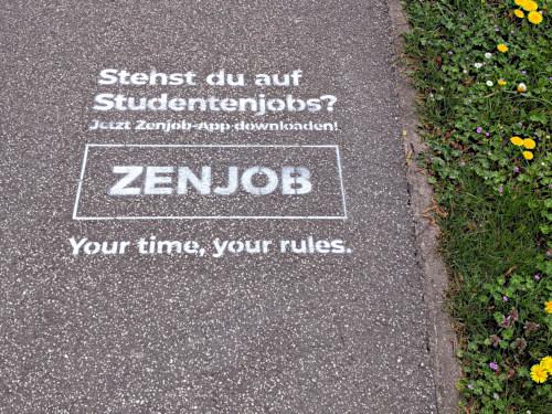 Auf einen Weg gesprühte Reklame: Stehst du auf Studentenjobs? -- Jetzt Zenjob-App downloaden -- Zenjob -- Your time, your rules
